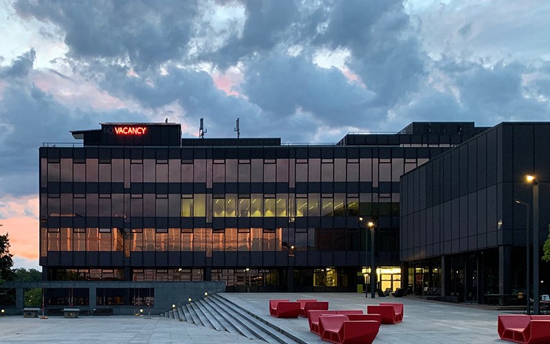 vacancy - no vacancy: KNX-Standard und free@home - Foto aussen